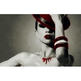 Donna con cappello accessori rossi