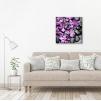 Quadro con fiori viola ambientazione